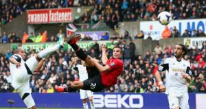 Robin van Persie skorar gegn Swansea
