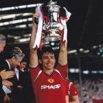 1985 Robson lyftir bikarnum