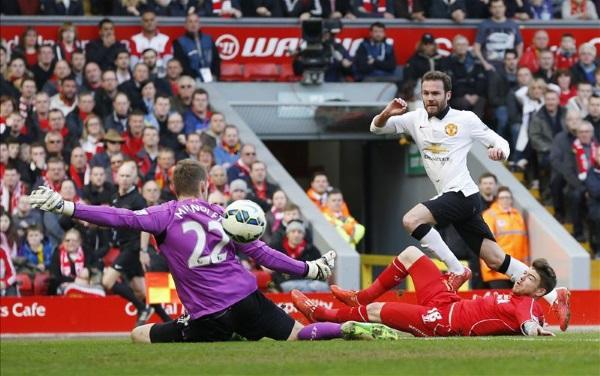 Juan Mata skorar fyrra mark sitt gegn Liverpool