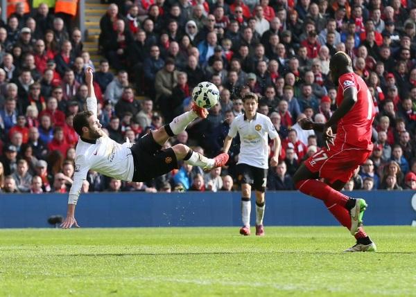 Juan Mata skorar seinna mark sitt gegn Liverpool