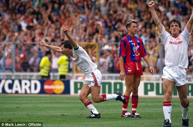 Bryan Robson og Mark Hughes fagna en Alan Pardew er niðurlútur í úrslitaleiknum 1990